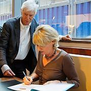 NLD/Amsterdam/20101115 - Presentatie Douwe Egberts Sinterklaasboeken Openbare Bibliotheek Amsterdam, Berend Boudewijn en partner Martine Bijl