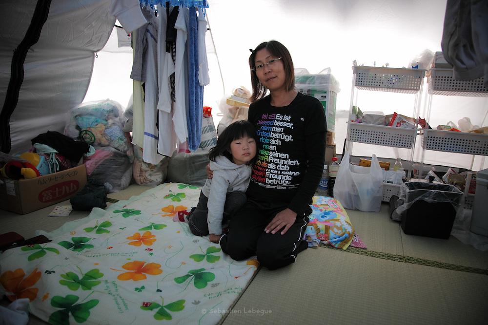 Onagawa  - Satsuki KASHIMURA - Village de tentes - juin 2011<br /> « Avant le séisme, j'avais une vie simple sans drame. Je ne m'en rendais pas vraiment compte, mais la normalité faisait du bien. Elle nous manque atrocement lorsquon en est privé. Je n'étais pas riche et ce n'est pas d'argent dont j'ai besoin aujourdhui mais d'une maison où je pourrais accueillir ma famille. Nous avons besoin de repos avant tout. Néanmoins, une chose assez simple auquel les organisations ne pensent pas forcément nous manque. Elle ferait plaisir et donnerai quelques instants de gaité à tous. Nous voulons nous amuser et faire un feu d'artifice. »