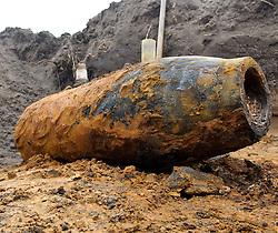 25.02.2011, West, Vechta, GER, Bombenfund in Vechta, im Bild  die 250 kg Bombe aus dem 2. Weltkrieg in Vechta West wurde am Freitag kurz nach 11 Uhr von Sprengmeister Oltmann Harms entschärft. Bürgermeister Uwe Bartels und Poliezioberrat Walter Sieveke überzeugten sich nach der erfolgreichen entschärfung vom Zustand der Bombe, Feature Bomebenfund, EXPA Pictures © 2011, PhotoCredit: EXPA/ nph/  Kokenge       ****** out of GER / SWE / CRO  / BEL ******