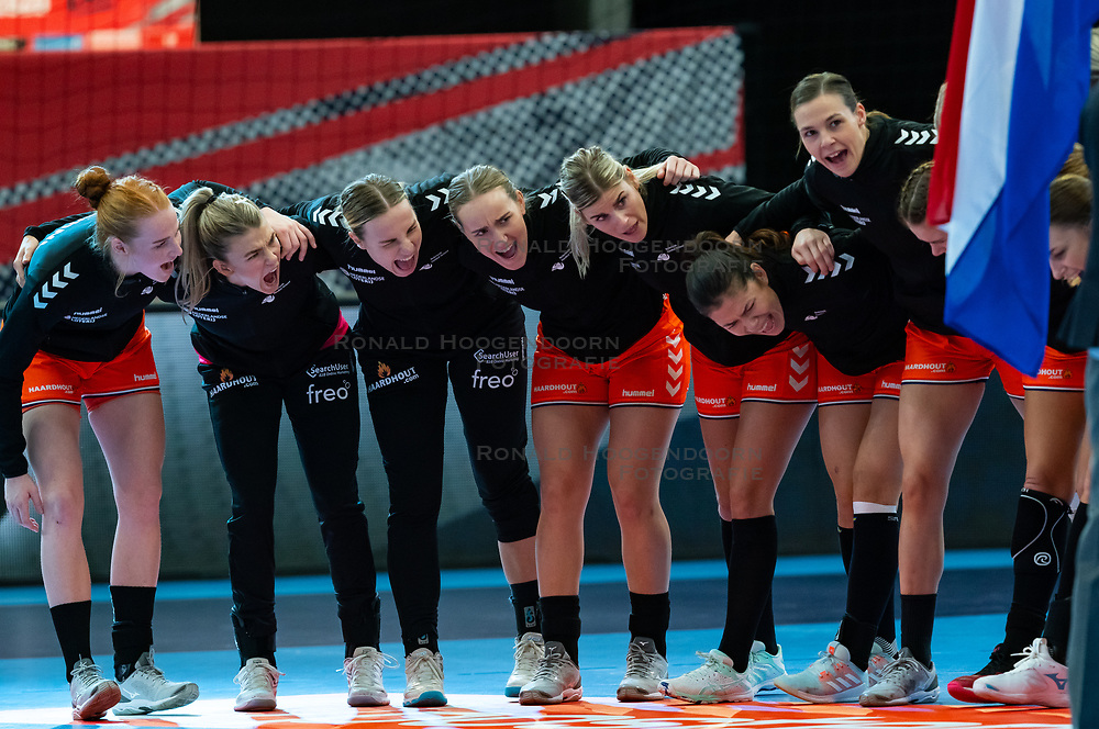(L-R) Dione Housheer, Tess Wester, Rinka Duijndam, Nikita Van Der Vliet, Angela Malestein, Martine Smeets, Inger Smits, Kelly Dulfer yelling after the national anthem for the Women's EHF Euro 2020 match between Croatia and Netherlands at Sydbank Arena on december 06, 2020 in Kolding, Denmark (Photo by RHF Agency/Ronald Hoogendoorn)