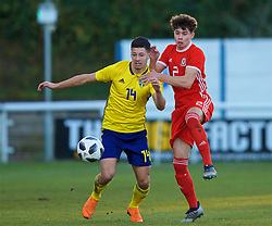 BANGOR, WALES - Saturday, November 17, 2018: Wales' Neco Williams (R) and Sweden's Kevin Yakob during the UEFA Under-19 Championship 2019 Qualifying Group 4 match between Sweden and Wales at the Nantporth Stadium. (Pic by Paul Greenwood/Propaganda)