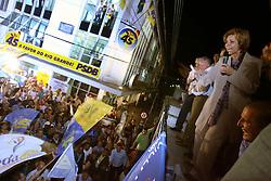 A candidata Yeda Crusius (PSDB) comemora com eleitores a ida para o segundo turno. Ela está com 33,33% dos votos válidos. Olívio Dutra (PT), tem 27,08%, e Germano Rigotto (PMDB), que tem 26,93%. FOTO: Jefferson Bernardes/Preview.com