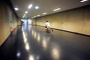 Nederland, Nijmegen, 8-1-2010Een ziekenhuismedewerker,arts, verplaatst zicht door de gangen op een step.Foto: Flip Franssen
