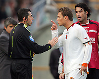Fotball<br /> Italia Serie A<br /> Foto: Inside/Digitalsport<br /> NORWAY ONLY<br /> <br /> Francesco Totti argues with the linesman after he sent off from referee Nicola Ayroldi<br /> <br /> 21 Jan 2007 (Match Day 20)<br /> Livorno v Roma (1-1)