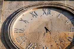 Alessano (Lecce) - Orologio senza lancette svetta sulla torre sita in via Roma.
