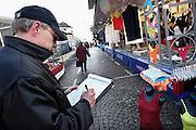 Nederland, Maastricht, 19-2-2005Markt van Maastricht bij het oude stadhuis, gemeentehuis.Marktkramen, handel, goedkoop boodschappen doen, minima, vergunning. marktmeester en marktkoopman, standhouder.Foto: Flip Franssen/Hollandse Hoogte