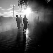France. paris. 1district.  a Urban beach on the Seine river quays  tomizer  on right bank quays./ brumisateur de rue  au coucher du soleil les gens se rassemblent au bord des quais de la rive droite. Plage urbaine sur les quais de Seine  Paris  France