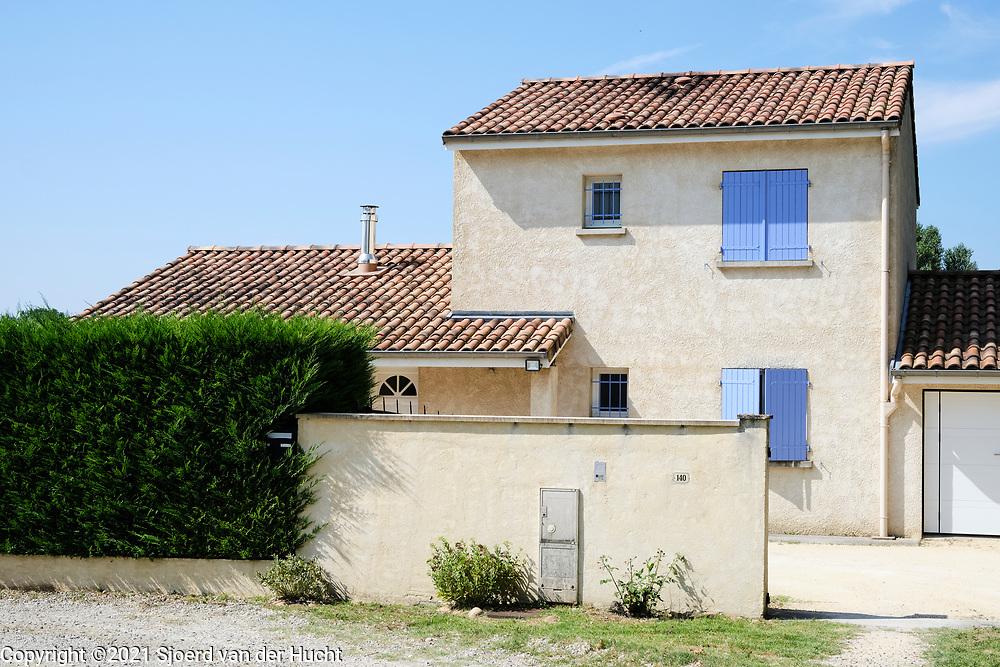 Charmes sur l'Herbasse, Drôme, Frankrijk - augustus 2021: Huizen in een dorpje in Frankrijk.    Charmes sur l'Herbasse, Drôme, France - August 2021: Houses in a village in France.