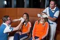ZWOLLE - Ellen Hoog en Caia van Maasakker. Bitje happen voor de vrouwen van het Nederlands hockeyteam, Het aanmeten van een mondbeschermer. in aanloop van de Champions Trophy in Mendoza (Argentinie).  COPYRIGHT KOEN SUYK