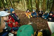 Svizzera, San Gallo, asilo nel bosco , si legge una storia. ....Switzerland, St. Gallen, kindergarten in the wood. Children are free to run and enjoy in the wood no matter cold or snow...telling stories in the wood.....