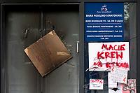 Bialystok, 24.10.2020. Protest kobiet przeciwko wyrokowi Trybunalu Konstytucyjnego zaostrzajacego prawo aborcyjne pod siedziba podlaskiego PiS N/z w nocy od zniczy zapalila sie elewacja budynku, gdzie podlaski PiS wynajmuje sowje biuro, ogien ugasil policjant fot Michal Kosc / AGENCJA WSCHOD
