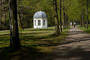 APELDOORN, 09-06-2021 , Kroondomein Het Loo<br /> <br /> Kroondomein Het Loo is een landgoed op de Veluwe, in de Nederlandse provincie Gelderland. Het is het grootste landgoed van Nederland en omvat ongeveer 10.400 hectare.<br /> <br /> Op de foto:  Theekoepel bij Het Oude Loo