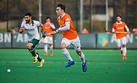 BLOEMENDAAL - Yannick van der Drift (Bldaal) met Kane Russell (Rdam)   tijdens  hoofdklasse competitiewedstrijd  heren , Bloemendaal-Rotterdam (1-1) .COPYRIGHT KOEN SUYK