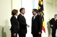 11 JAN 2005, BERLIN/GERMANY:<br /> Eva Luise Koehler, Praesidentengattin, Horst Koehler, Bundespraesident, und Gerhard Schroeder, SPD, Bundeskanzler, (v.L.n.R.), waehrend dem Neujahrsempfang des Bundespraesidenten, Schloss Charlottenburg<br /> IMAGE: 20050111-01-016<br /> KEYWORDS: Bundespräsident, Handshake, Gerhard Schröder, gespräch, Gespraech, Horst Köhler