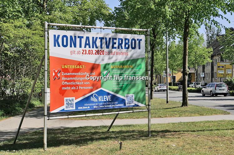 Duitsland, Kleef, 24-4-2020  In Kleve, vlak over de grens met Nederland bij bij Nijmegen zijn strengere contactregels als in Nederland . Vanaf komende maandag moet iedereen buiten mondkapjes dragen .Foto: Flip Franssen
