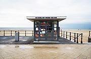 Nederland, Scheveningen, 27-11-2019Op de boulevard langs de zee, strand, staat een kiosk met christelijke, religieuze literatuur. De bijbel, het woord van God. Foto: Flip Franssen