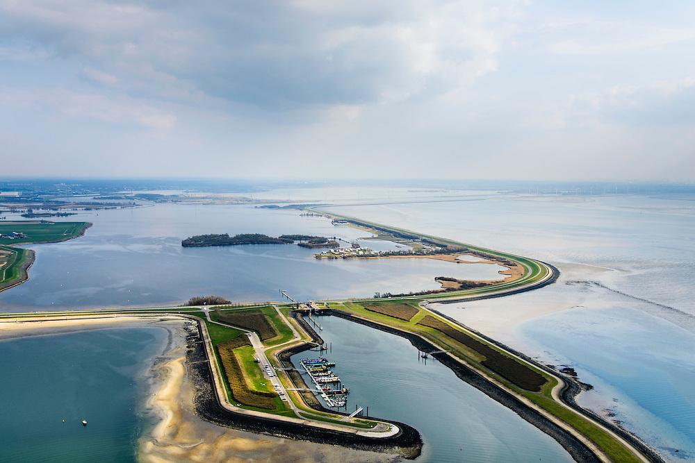 Nederland, Zeeland, Gemeente Tholen, 01-04-2016; Oesterdam met Bergsediepsluis, tussen Oosterschelde en het Bergsche Diep <br /> De dam is een compartimenteringsdam en scheidt het zoute water van de Oosterschelde (rechts van dam) van het zoete water van het  Zoommeer.<br /> Oesterdam, division between salt and sweet water, part of the Delta Works.<br /> <br /> luchtfoto (toeslag op standard tarieven);<br /> aerial photo (additional fee required);<br /> copyright foto/photo Siebe Swart