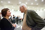 Ruth Peetoom praat met een lid van het CDA. In Amersfoort kunnen leden van het CDA kennismaken met de zes kandidaten voor het partijvoorzitterschap. Na een pitch, volgt een speeddate.