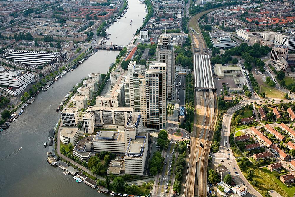 Nederland, Amsterdam, Zuid-As, Omval, 17-06-2008; Rembrandt, Mondriaan en Breitner torens langs rivier de Amstel, aan de Omval; het hoogst is de wolkenkrabber Rembrandttower (achterste), het hoofdkantoor Philips in de Breitnertoren (midden), Delta Lloyd (vooraan); dit gebied vormt het begin van de Zuid-as; rechts van de kantoortorens het Amstelstation, aan het water stadsvilla's en woonboten;rechts van het station het woonwijkje Jerusalem; in vroeger tijden vormde de Omval een industriegebied (cacaofabriek Blooker.); woonarken, ..luchtfoto (toeslag); aerial photo (additional fee required); .foto Siebe Swart / photo Siebe Swart.