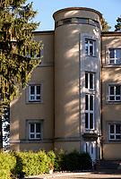 10.2016 Augustow woj podlaskie Modernistyczny Oficerski Yacht Club zaprojektowany przez Juliusza Nagorskiego w latach 30-tych XX wieku zostal oddany do uzytku w 1935 roku . Jest to jeden z najciekawszych i najcenniejszych zabytkow polskiego modernizmu . Po wojnie , do lat 90-tych , byl tu Wojskowy Dom Wypoczynkowy (WDW ) , obecnie jest tu dom wczasowy Oficerski Yacht Club R.P. Pacific WDW N/z front budynku - charakterystyczna klatka schodowa fot Michal Kosc / AGENCJA WSCHOD