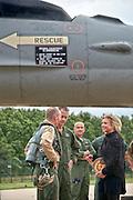 Nederland, Volkel, 30-6-2016De 16 gevechtsvliegtuigen keren terug van hun missie boven Irak en Syrie tegen het kalifaat van IS, islamitische staat . De vliegtuigen werden verwelkomt door minister van defensie Plaschaert die van een ven de piloten een doos Irakees gebak toegestopt kreeg .FOTO: FLIP FRANSSEN/ HH