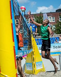 17-06-2016 NED: Beachvolleybaltoernooi eredivisie, Amsterdam<br /> Op het Mercatorplein in Amsterdam gaan de beachers uit de eredivisie van start / Nirmir Abdelaziz #1
