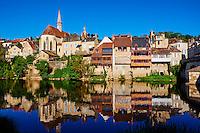 France, Indre (36), Argenton-sur-Creuse, maisons en bord de Creuse et la chapelle St Benoit // France, Indre (36), Argenton-sur-Creuse, old houses on the river bank Creuse, St Benoit chapel