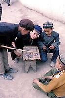 Chine. Province du Sinkiang (Xinjiang). Kashgar (Kashi). Bazar de la vieille ville. Population Ouigour. // China. Sinkiang Province (Xinjiang).  Kashgar (Kashi). Old city bazar. Ouigour population.