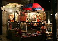 Marktstand mit Mao Poster beim Qianhai See. © Urs Bucher/EQ Images