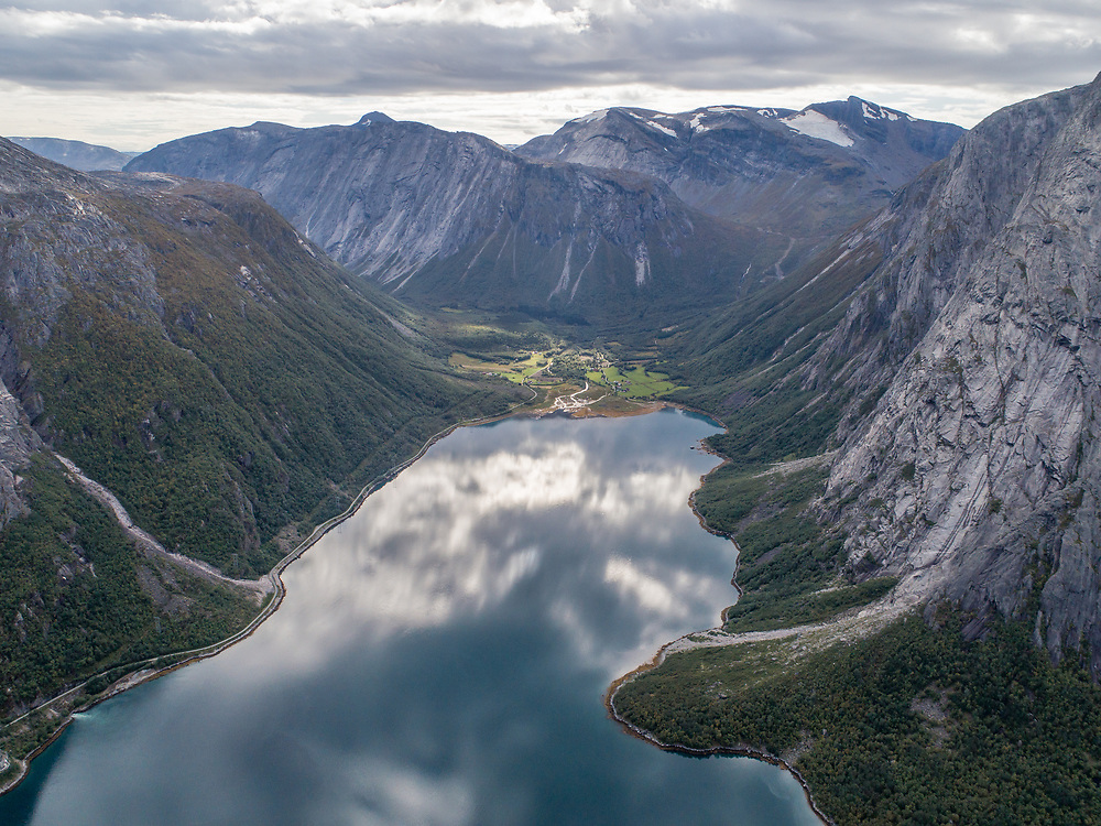 Sør-Skjomen er en fjord i Narvik kommune i Nordland. Den er en arm av Skjomen og strekker seg rundt ni kilometer i sørlig retning fra innløpet mellom Mortenjorda i vest og Reinneset i øst inn til grenden Sør-Skjomen.