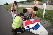 Alwin Visker wordt klaar gemaakt voor de start. HPT Delft en Amsterdam is in Senftenberg voor de recordpogingen op de Dekra baan.<br /> <br /> Alwin Visker is getting ready for a test run. The Human Power Team Delft and Amsterdam has arrived in Senftenberg (Germany) to break the world record on the one hour time trial at the Dekra test track.