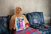 The hidden side of high tech smartphones. Desi Yani (27 years old) lost her two children Azzaliakbar Abdul & Juni Manohara, drowned in a tin mine on 22-11-2012. Bangka Island (Indonesia) is devastated by illegal tin mines. The demand for tin has increased due to its use in smart phones and tablets. . Illegal tin mining causes environmental damage, injuries and regular casualties among miners.<br />  <br /> Le côté caché du succès des smartphones. Desi Yani (27 ans) a perdu ses deux enfants Abdul Azzaliakbar & Juni Manohara, noyés dans une mine d'étain le 22 /11/2012.  L'île de Bangka (Indonésie) est dévastée par des mines d'étain sauvages. La demande de l'étain a explosé à cause de son utilisation dans les smartphones et tablettes. Les Mines illégales son la cause des dommages écologiques, des blessés graves et décès (100 - 150 tous les ans) chez les mineurs.