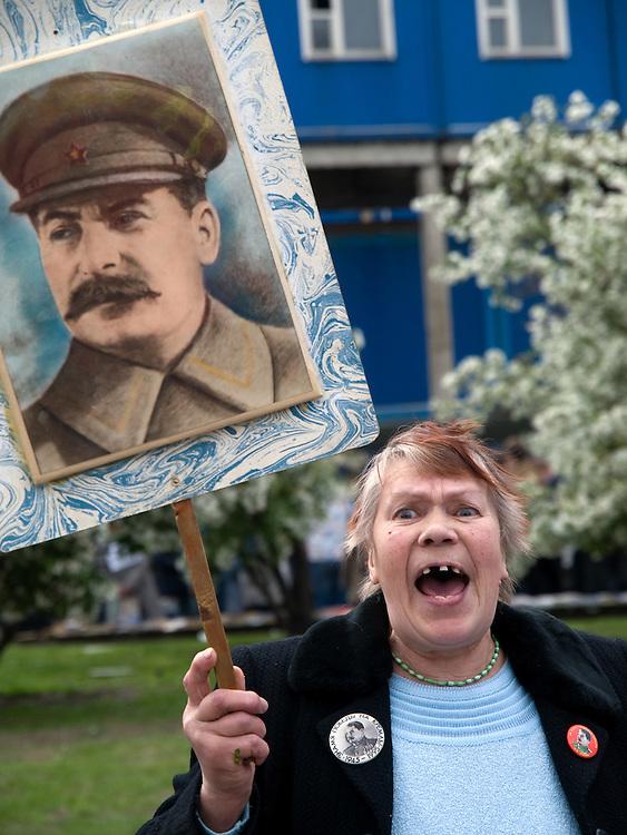 Frau mit Stalin Bild feiert den ehemaligen sowjetischen Politiker und Diktator Josef Stalin am Tag der grossen Siegesparade im Zentrum der russischen Hauptstadt Moskau. <br /> <br /> Woman with a Stalin image celebrates the former party leader and dictator of the Soviet Union during the day of the Victory Parade in the Russian capital Moscow.