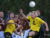 20010715: Marlek Lemsalu i duell med Ørns keeper Morten Tollefsen. I bakgrunnen Andreas Ottosson, Start.