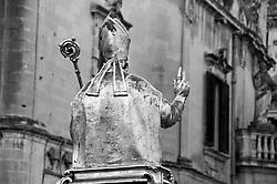 Lecce - Festeggiamenti in onore di Sant'Oronzo, San Giusto e San Fortunato. Statua di San Fortunato esce da Piazza Duomo con l'adorazione dei fedeli.