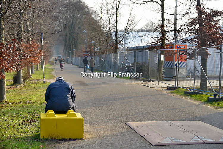 Nederland, the Netherlands, Nijmegen, 15-12-2015 Kamp, tentenkamp Heumensoord, de tijdelijke noodopvang, azc, van het COA. Plaats voor 3000 asielzoekers. Mensen wandelen buiten. Door de zachte winter is het in de tenten nog niet zo koud.FOTO: FLIP FRANSSEN