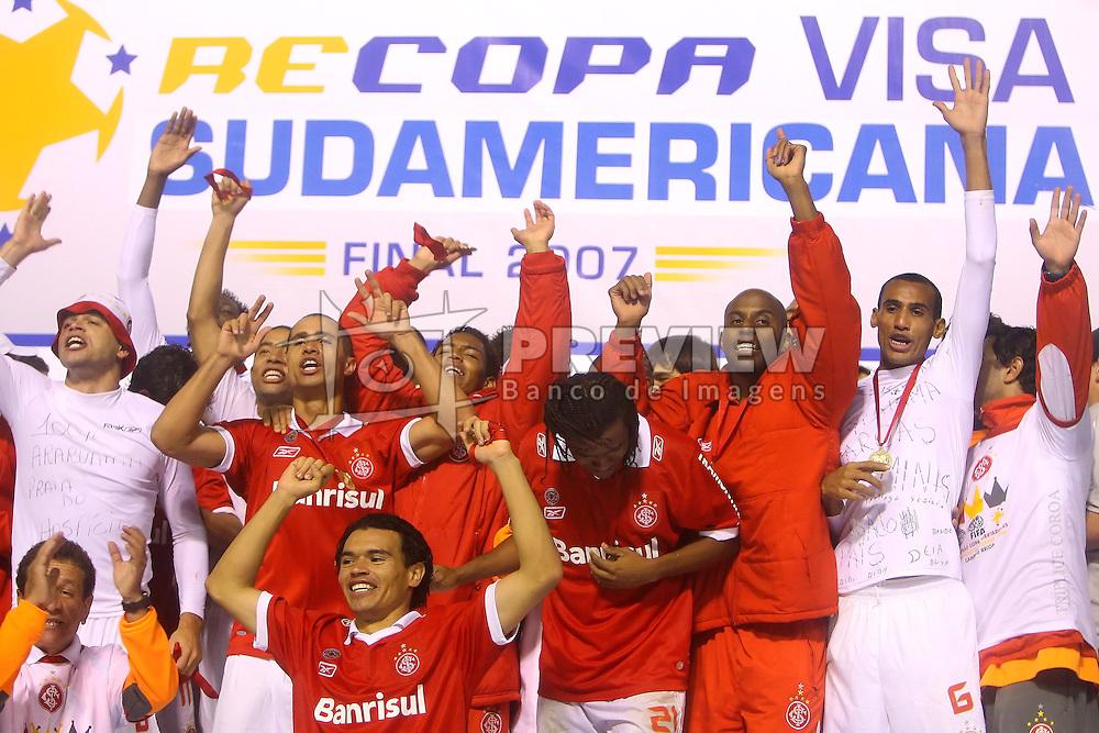 Equipe do Internacional comemora o título da Recopa Sul-Americana 2007 sobre da  Pachuca do México no estádio Beira Rio, em Porto Alegre 07 de junho de 2007. FOTO: Jefferson Bernardes/Preview.com