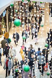 THEMENBILD - Weihnachtsshopping in der Shopping City Sued. Das Bild wurde am 08. Dezember 2012 aufgenommen. im Bild Weihnachstbeleuchtung,  Menschen beim Einkaufen in der SCS // THEME IMAGE FEATURE - Christmas Shopping at Shopping City Sued. The image was taken on december, 8th, 2012. Picture shows christmas lighting above floors at Shopping City Sued, AUT, EXPA Pictures © 2012, PhotoCredit: EXPA/ M. Gruber