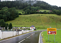 """24.07.2011, Sölkpass, Murtal, AUT, Sölkpass gesperrt, im Bild auf den Passstraßen in Österreich liegt bereits Schnee: Der Sölkpass (1.788 m ü. A.) im Bezirk Murau ist der Indikator für Wintereinbrüche in der Steiermark schlechthin, er wurde am Sonntag um 9.00 Uhr für den gesamten Verkehr gesperrt.. Er liegt an der Scheide zwischen Wölzer- und Schladminger Tauern und verbindet über eine Panoramastraße, auch Erzherzog-Johann-Straße genannt, das Murtal mit dem Ennstal. Die moderne Straße wurde im Jahre 1954 umfangreich zweispurig ausgebaut und asphaltiert. Schneesperre statt """"Hundstage"""", PhotoCredit: EXPA/ M. Kuhnke"""