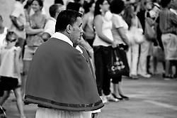 Lecce - Festeggiamenti in onore di Sant'Oronzo, San Giusto e San Fortunato. Il componente di una confraternita (che accompagnerà la processione delle statue dei santi) attende l'inizio della cerimonia in Piazza Duomo a Lecce.