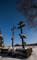 27.01.2013 Zima w Puszczy Knyszynskiej N/z przydrozne krzyze katolicki i prawoslawny fot Michal Kosc / AGENCJA WSCHOD