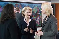 14 JAN 2014, BERLIN/GERMANY:<br /> Andrea Nahles (L), SPD, Bundesarbeitsministerin, Ursula von der Leyen (M), CDU, Bundesverteidigungsministerin, und Manuela Schwesig (R), SPD, Bundesfamilienministerin, im Gespraech, vor Beginn der Kabinettsitzung, Bundeskanzleramt<br /> IMAGE: 20150114-01-014<br /> KEYWORDS: Sitzung, Kabinett, Gespräch