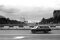 En russisk Zhiguli kjører på motorveien i Moskva.<br /> Foto: Svein Ove Ekornesvåg