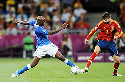 01.07.2012, Olympia Stadion, Kiew, UKR, UEFA EURO 2012, Spanien vs Italien, Finale, im Bild, MARIO BALOTELLI GERARD PIQUE // during the UEFA Euro 2012 Final Match between Spain and Italy at the Olympic Stadium, Kiev, Ukraine on 2012/07/01. EXPA Pictures © 2012, PhotoCredit: EXPA/ Newspix/ Lukasz Laskowski..***** ATTENTION - for AUT, SLO, CRO, SRB, SUI and SWE only *****