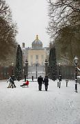 Eerste sneeuwstorm in ruim tien jaar. Het KNMI geeft code rood af. Huis ten Bosch in de sneeuw