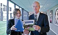 ARNHEM - Liesbeth Gramsbergen van Deloitte met NGF-voorzitter Ronald Pfeiffer met de presentatie van de gids 'Wegwijs in de WOZ...'bij de NGF Themadag op Sportcentrum Papendal in Arnhem. FOTO KOEN SUYK