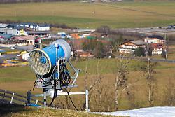 THEMENBILD - eine Schneekanone in einer grünen Landschaft am Maiskogel aufgenommen am 23. Dezember 2014, Kaprun, Österreich. Kein Wintereinbruch, Seilbahner warten auf Schnee bzw. auf einen Temperatursturz // a snow making machine in a green landscape at Maiskogelbahn, Kaprun, Austria on 2014/12/23. EXPA Pictures © 2014, PhotoCredit: EXPA/ JFK