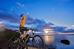 Ciclista de Montain Bike, Paulo Alves, mais conhecido como Lagartixa observa o por-do-sol na beira do rio Guaíba, em Porto Alegre. FOTO: Jefferson Bernardes / Agência Preview