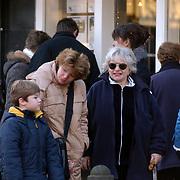 Sylvia de Leur, dochter Loes en kleinkind Berend winkelend in Laren