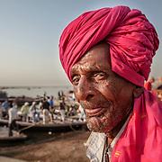 2010 04 26 Varanasi Uttar Pradesh Indien<br /> Morgon ritualer vid den heliga floden Ganges puja bada pilgrimer <br /> Porträtt av man med turban<br /> ----<br /> FOTO : JOACHIM NYWALL KOD 0708840825_1<br /> COPYRIGHT JOACHIM NYWALL<br /> <br /> ***BETALBILD***<br /> Redovisas till <br /> NYWALL MEDIA AB<br /> Strandgatan 30<br /> 461 31 Trollhättan<br /> Prislista enl BLF , om inget annat avtalas.